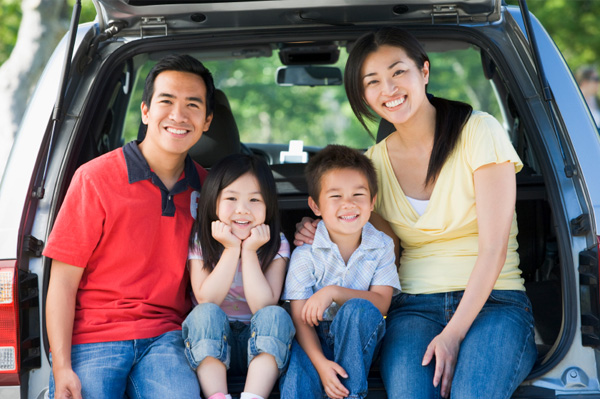 happy-family-in-car-on-vacation